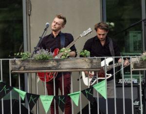 Nahaufnahme von Moritz Kruit mit Bassist