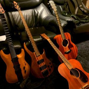 Gitarren vor Sofa